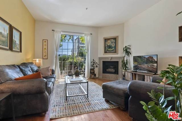11445 Moorpark St #6, North Hollywood, CA 91602 (#21-712138) :: The Pratt Group
