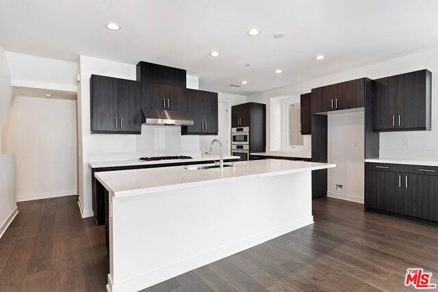 6911 N Tierno Ln, Los Angeles, CA 90038 (#21-720242) :: Berkshire Hathaway HomeServices California Properties