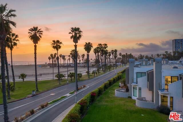 21 Sea Colony Dr, Santa Monica, CA 90405 (#21-721084) :: Lydia Gable Realty Group