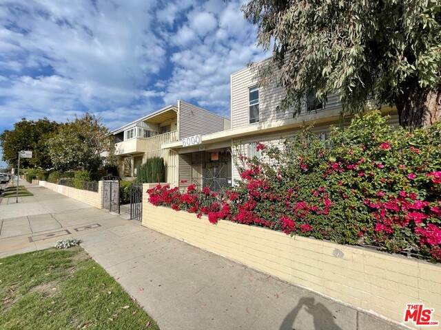 6000 Coldwater Canyon Ave #24, North Hollywood, CA 91606 (#21-747852) :: Montemayor & Associates
