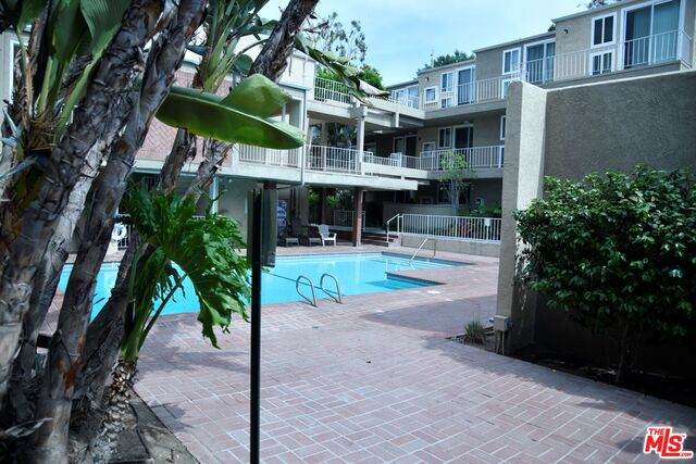 4610 Densmore Ave #10, Encino, CA 91436 (#21-749630) :: Montemayor & Associates