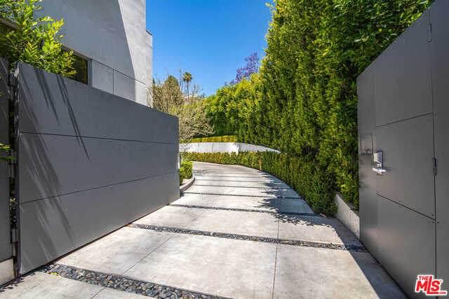 1401 Londonderry Pl, Los Angeles, CA 90069 (#21-750086) :: The Pratt Group