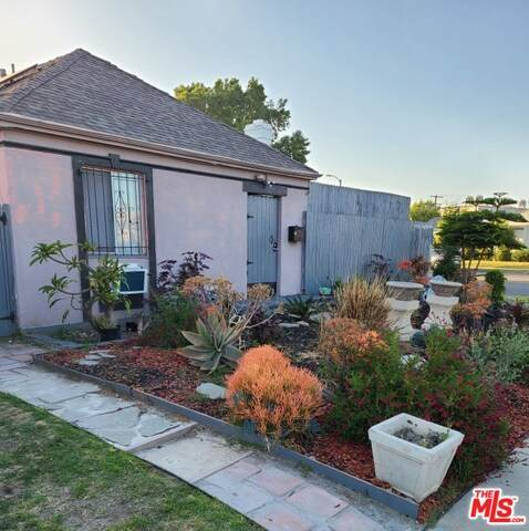 3701 Cherrywood Ave, Los Angeles, CA 90018 (#21-751126) :: The Grillo Group