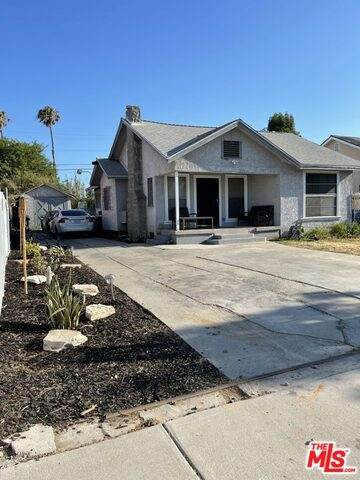 1142 W 74Th St, Los Angeles, CA 90044 (MLS #21-766344) :: Zwemmer Realty Group