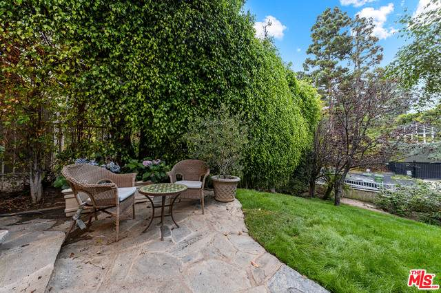 181 N Canyon View Dr, Los Angeles, CA 90049 (#21-766490) :: The Suarez Team