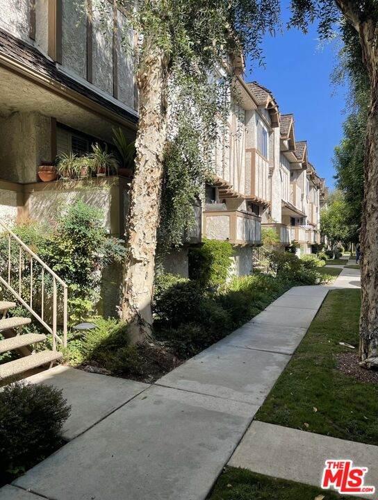 10346 Zelzah Ave #6, Northridge, CA 91326 (#21-785052) :: Berkshire Hathaway HomeServices California Properties