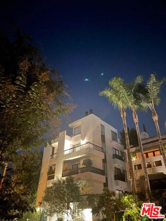 9033 Vista Grande St, West Hollywood, CA 90069 (#21-788234) :: Compass