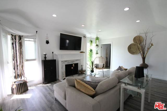 3453 Floresta Ave, Los Angeles, CA 90043 (#20-628404) :: The Suarez Team