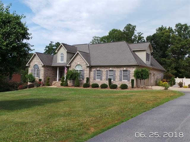 1125 Walnut Acres Drive, Hickory, NC 28602 (#3407111) :: The Andy Bovender Team