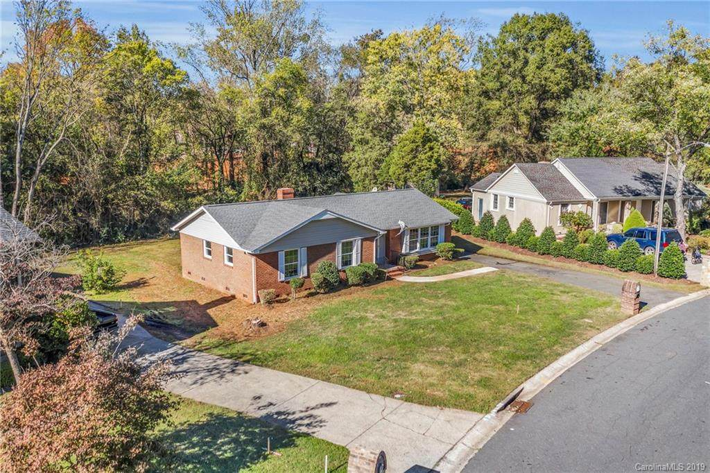 627 Braxfield Drive, Charlotte, NC 28217 (#3565395) :: The Andy Bovender Team