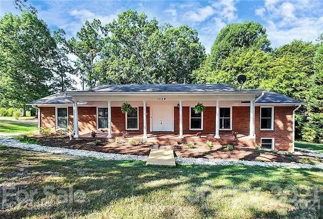 1729 Oakridge Drive, Charlotte, NC 28216 (#3781172) :: Homes Charlotte