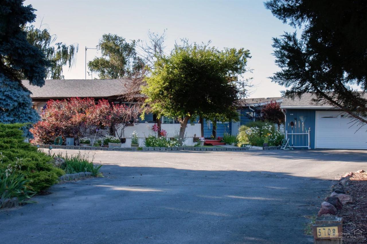5708 SW Chinook Lane, Culver, OR 97734 (MLS #201606770) :: Birtola Garmyn High Desert Realty