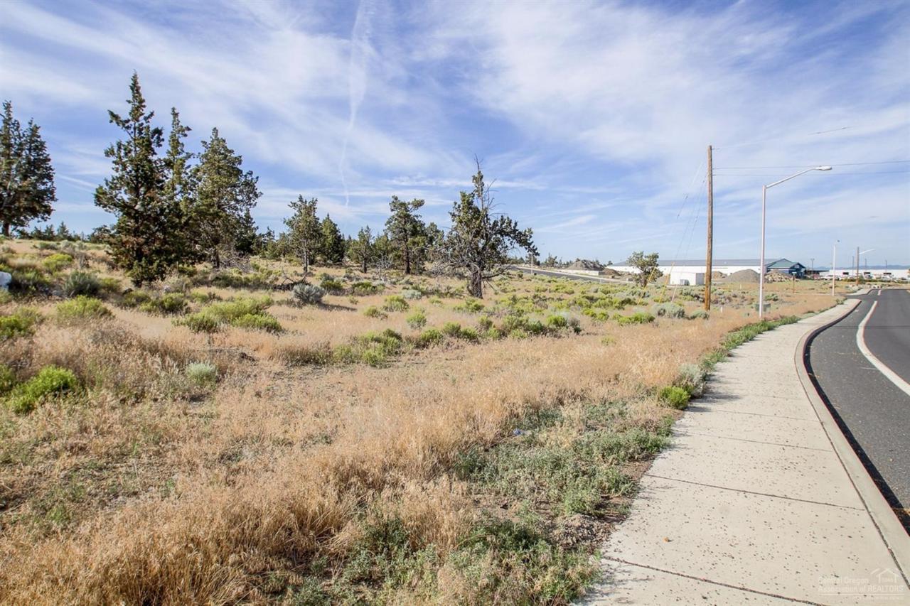 932 SE 4th Court, Redmond, OR 97756 (MLS #201607413) :: Birtola Garmyn High Desert Realty