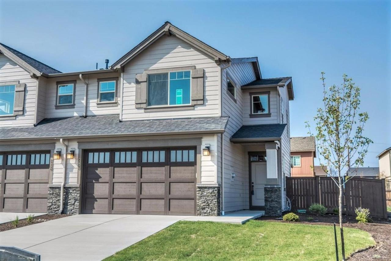 3096 SW Black Butte Lane, Redmond, OR 97756 (MLS #201608648) :: Birtola Garmyn High Desert Realty