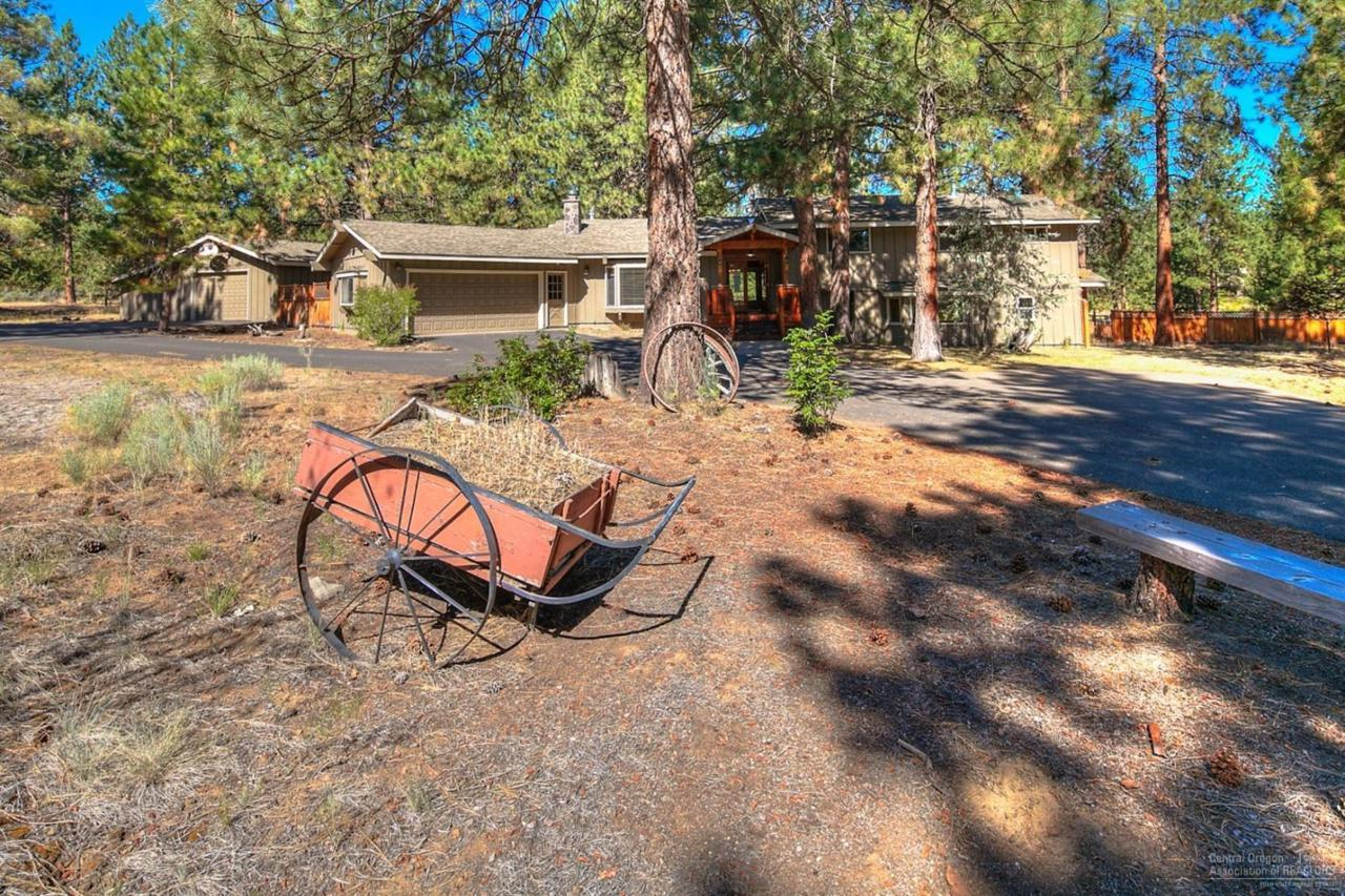 60235 E Ridgeview Drive, Bend, OR 97702 (MLS #201608003) :: Birtola Garmyn High Desert Realty