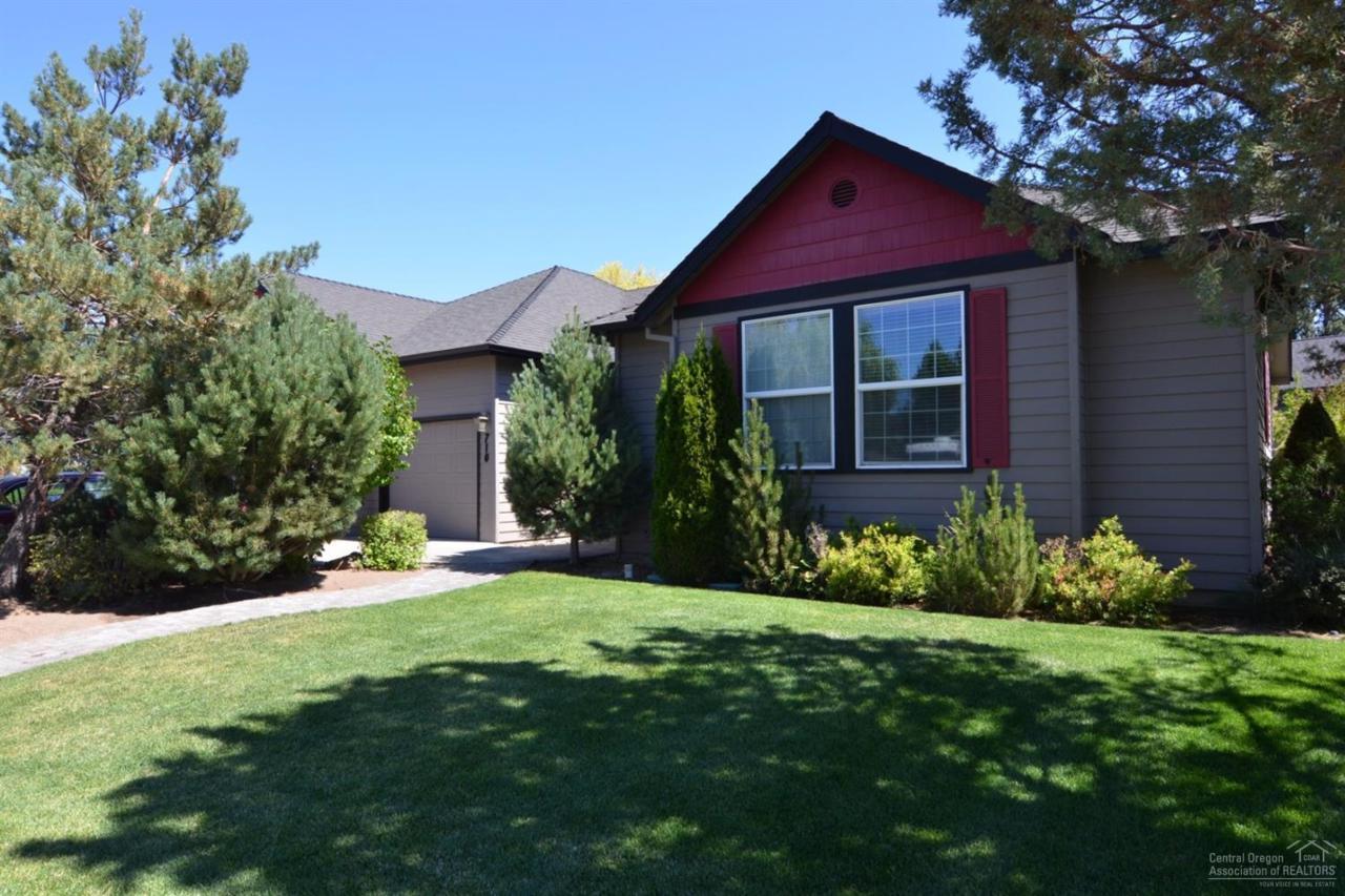 710 SE Shadowood Drive, Bend, OR 97702 (MLS #201608417) :: Birtola Garmyn High Desert Realty