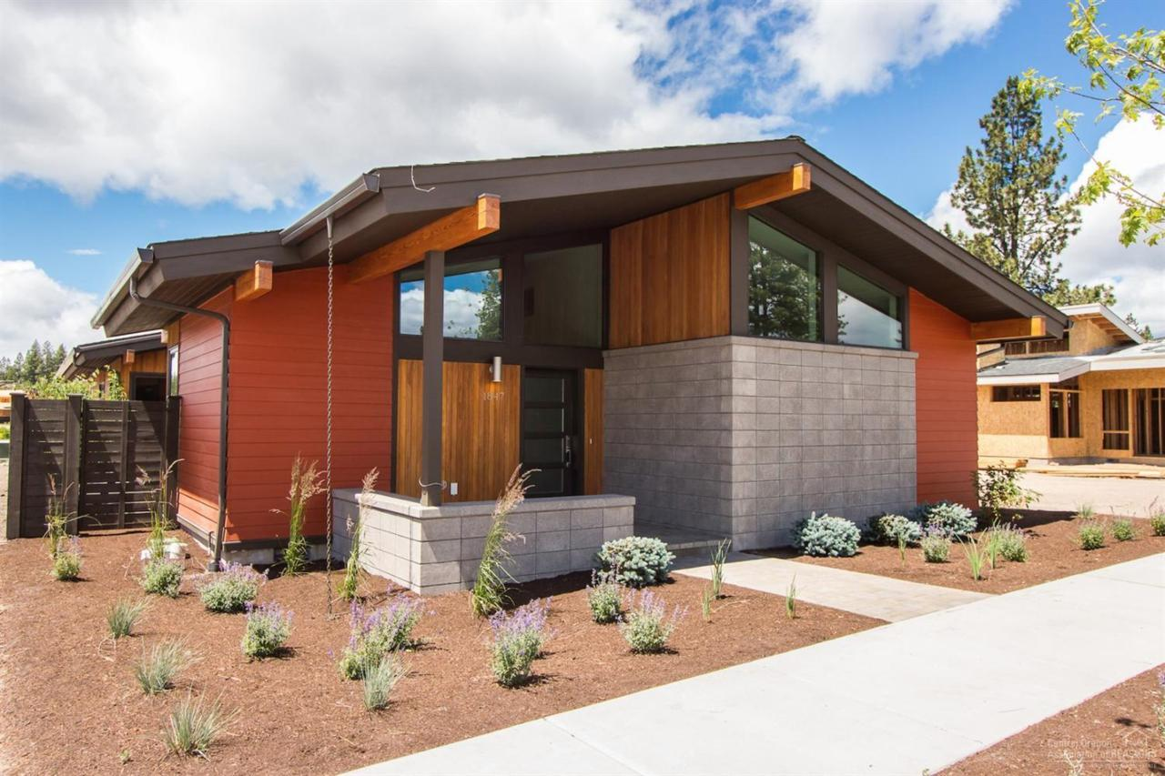 1847 NW Fields Street, Bend, OR 97703 (MLS #201601958) :: Birtola Garmyn High Desert Realty