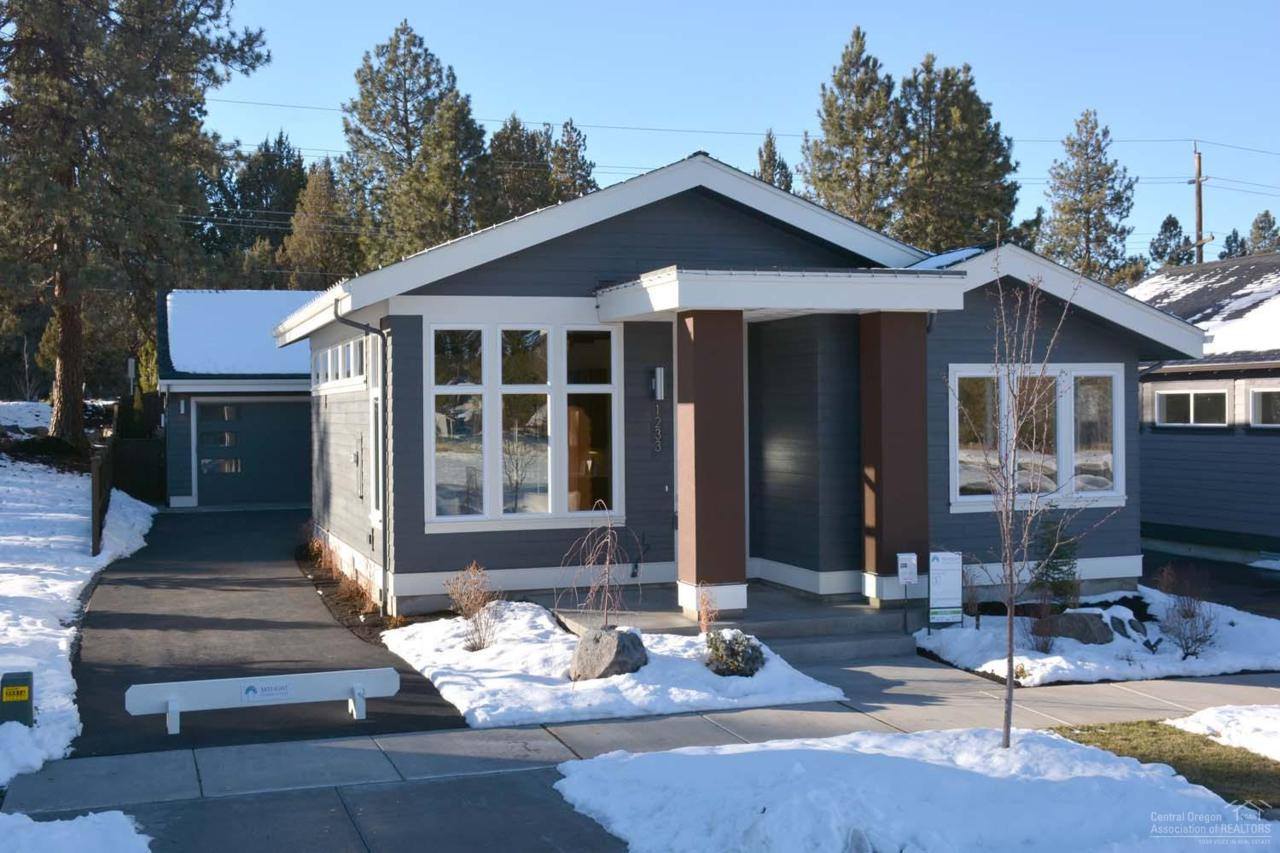 1233 SW Bryanwood Place, Bend, OR 97702 (MLS #201610166) :: Birtola Garmyn High Desert Realty