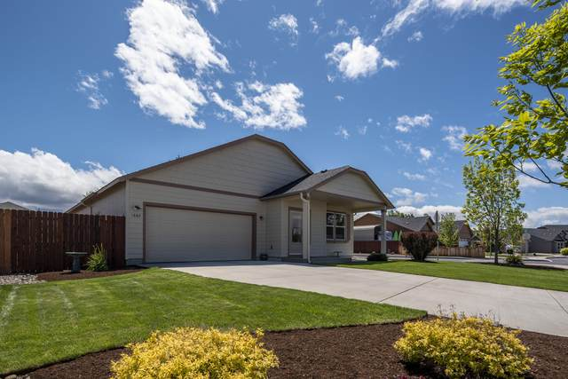 1882 NW Quince Tree Place, Redmond, OR 97756 (MLS #220101582) :: Team Birtola   High Desert Realty