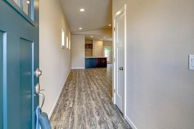 2911 NW Hemlock Lane, Redmond, OR 97756 (MLS #220102173) :: Berkshire Hathaway HomeServices Northwest Real Estate