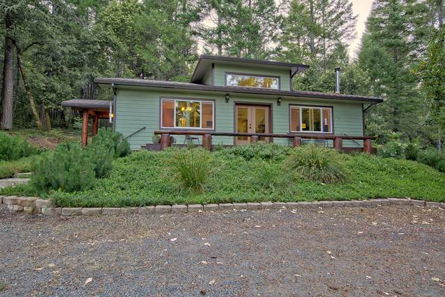 300 Myrtlewood Drive, Selma, OR 97538 (MLS #220105061) :: Rutledge Property Group
