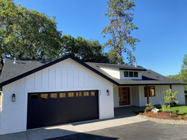 227 NE Oakdale Drive, Grants Pass, OR 97526 (MLS #220107059) :: Bend Relo at Fred Real Estate Group