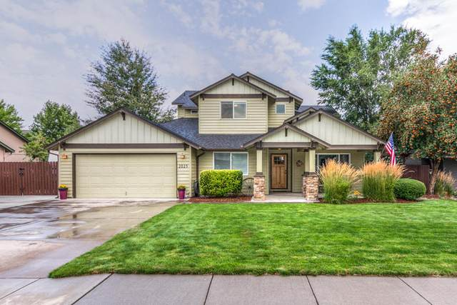 2025 NW Poplar Avenue, Redmond, OR 97756 (MLS #220107841) :: Fred Real Estate Group of Central Oregon