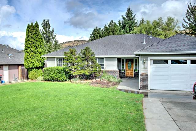 4711 Hillcrest Road, Medford, OR 97504 (MLS #220109711) :: The Ladd Group