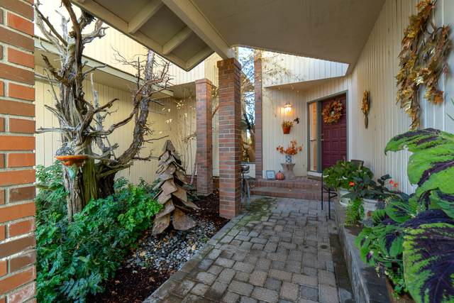 1963 Osprey Drive, Redmond, OR 97756 (MLS #220110747) :: Vianet Realty