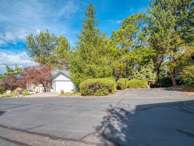 2565 Heritage Way, Medford, OR 97504 (MLS #220110923) :: Top Agents Real Estate Company