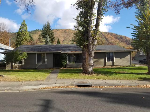 1002 NE Dewey Drive, Grants Pass, OR 97526 (MLS #220112311) :: Bend Relo at Fred Real Estate Group