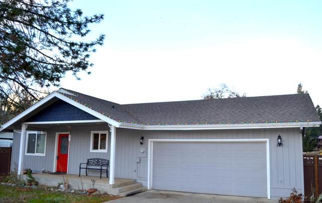 402 W River Street, Cave Junction, OR 97523 (MLS #220112993) :: Bend Homes Now