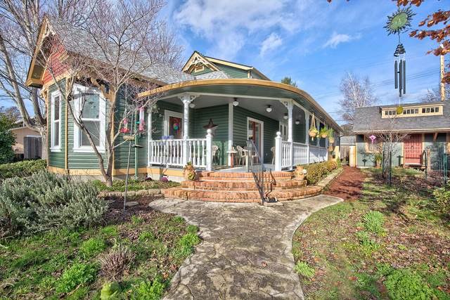 408 NW D Street, Grants Pass, OR 97526 (MLS #220115113) :: The Ladd Group