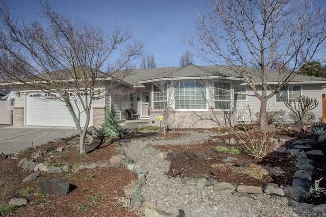 2693 Lawnview Drive, Medford, OR 97504 (MLS #220115301) :: The Ladd Group