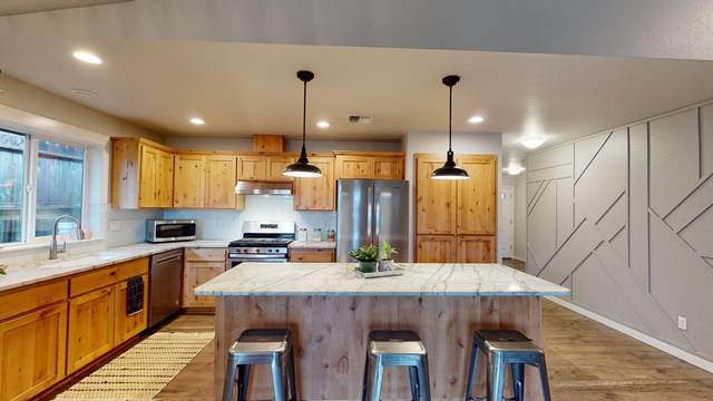 829 NW Cooke Avenue, Grants Pass, OR 97526 (MLS #220115414) :: Berkshire Hathaway HomeServices Northwest Real Estate