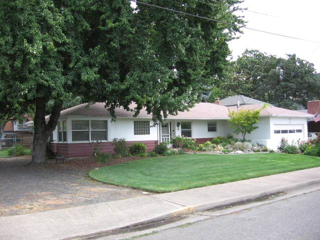 326 NE B Street, Grants Pass, OR 97526 (MLS #220117112) :: Top Agents Real Estate Company