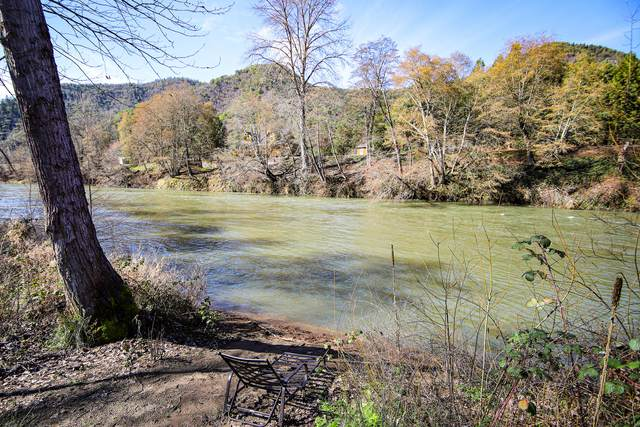 1538 Rogue River Highway, Gold Hill, OR 97525 (MLS #220117142) :: The Ladd Group