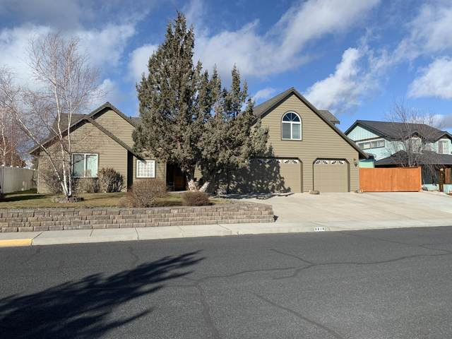 3018 SW Cascade Vista Drive, Redmond, OR 97756 (MLS #220117826) :: Central Oregon Home Pros