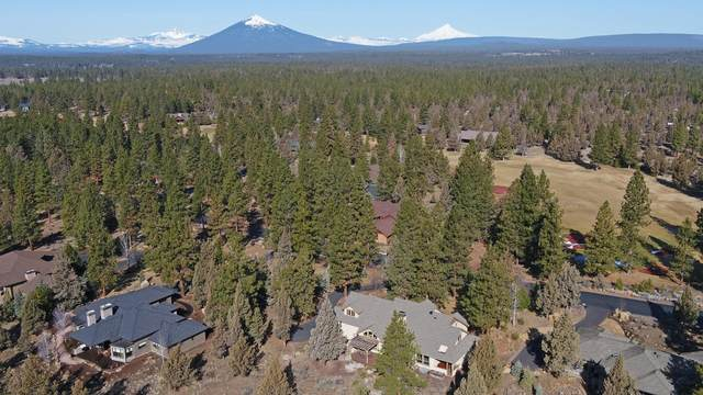 17023 Royal Coachman Drive, Sisters, OR 97759 (MLS #220118251) :: Fred Real Estate Group of Central Oregon