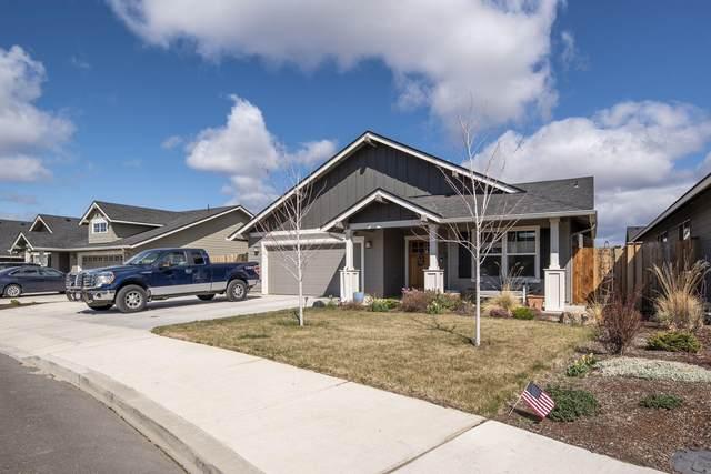 453 NE Oak Place, Redmond, OR 97756 (MLS #220120405) :: Fred Real Estate Group of Central Oregon