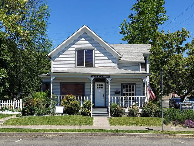 204 NW E Street, Grants Pass, OR 97526 (MLS #220123987) :: The Riley Group