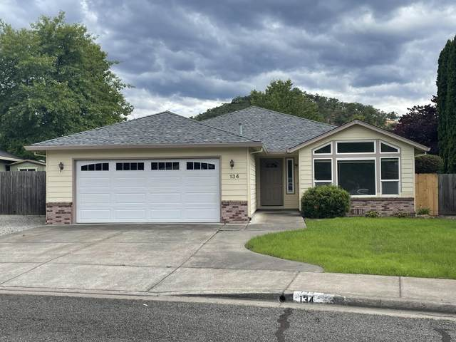 134 Mountain View Court, Phoenix, OR 97535 (MLS #220124851) :: FORD REAL ESTATE