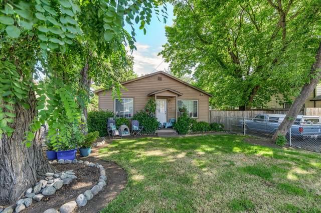412 SE Riverside Avenue, Grants Pass, OR 97526 (MLS #220125383) :: Team Birtola | High Desert Realty