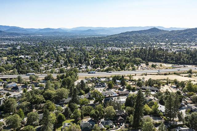 1642 NE Terrace Drive, Grants Pass, OR 97526 (MLS #220128007) :: Berkshire Hathaway HomeServices Northwest Real Estate
