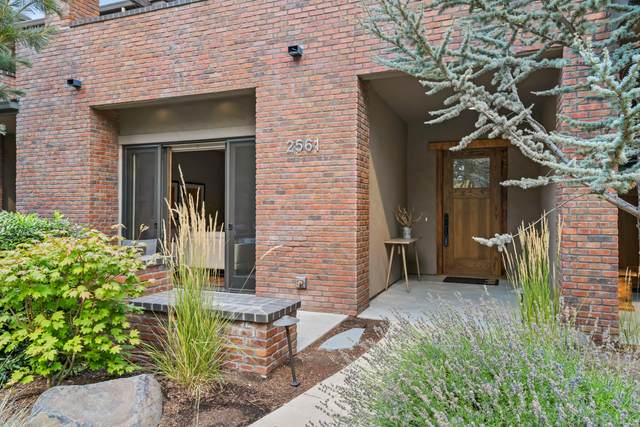 2561 NW Crossing Drive, Bend, OR 97703 (MLS #220131528) :: The Riley Group