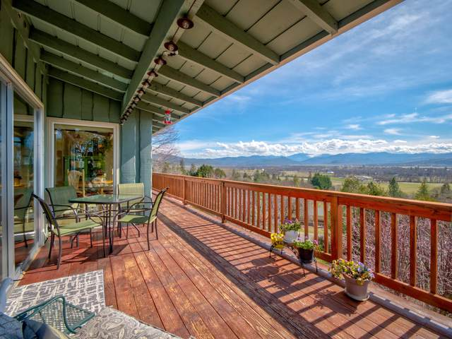 820 Mesa Drive, Eagle Point, OR 97524 (MLS #220131724) :: The Riley Group