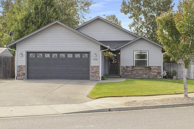 1636 SW Waterstone Drive, Grants Pass, OR 97527 (MLS #220131821) :: Premiere Property Group, LLC