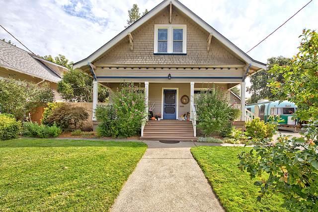 1019 NW Lawnridge Avenue, Grants Pass, OR 97526 (MLS #220131909) :: The Bifano Home Team