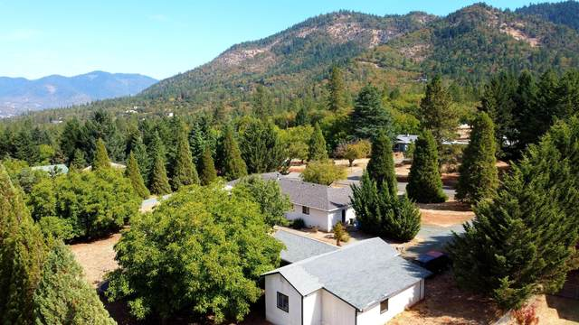 200 Village Lane, Grants Pass, OR 97527 (MLS #220132348) :: Bend Homes Now