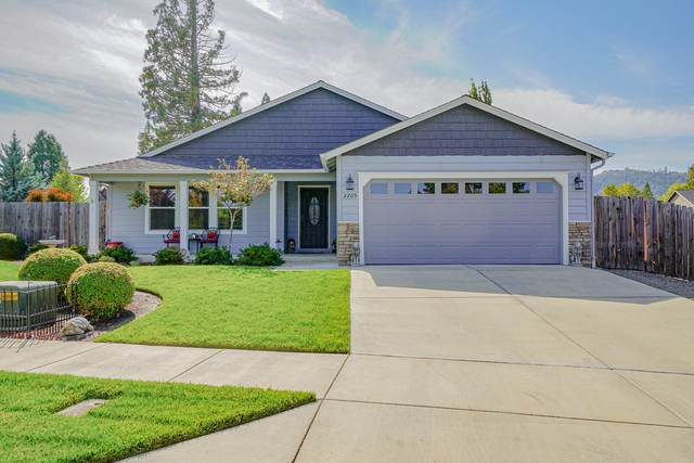 2205 Piazza Drive, Medford, OR 97501 (MLS #220132600) :: Bend Relo at Fred Real Estate Group